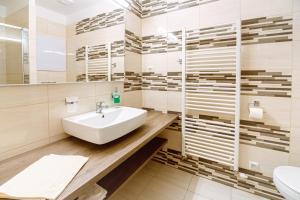 A bathroom at Apartment Elegance Hrebienok