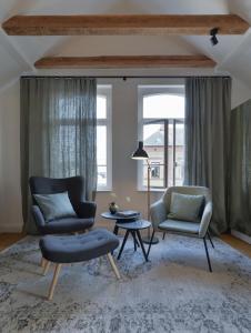 A seating area at konrads gästehaus