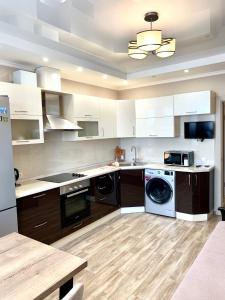 Кухня или мини-кухня в Апартаменты на Октябрьской 197