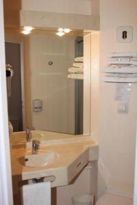 A bathroom at Brit Hotel Les Evens