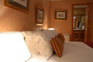 A bed or beds in a room at Le Palais des Cerisiers