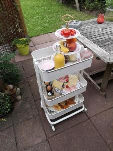 Breakfast options available to guests at B&B de Garaazje