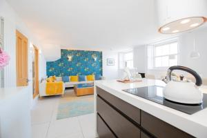 A kitchen or kitchenette at Spectacular Penthouse in Sussex Square