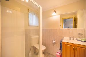 A bathroom at Queechy Motel