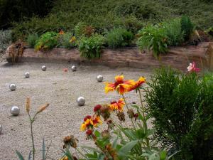 A garden outside Hôtel Bellachat