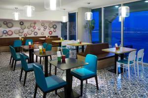 Um restaurante ou outro lugar para comer em Park Inn by Radisson Dammam