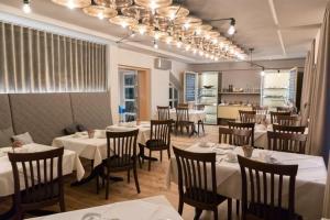 Een restaurant of ander eetgelegenheid bij Adler Botenheim