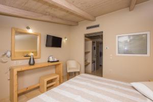 Letto o letti in una camera di Iniohos Hotel Zante