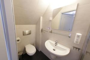 A bathroom at Hotel Nad Stawem