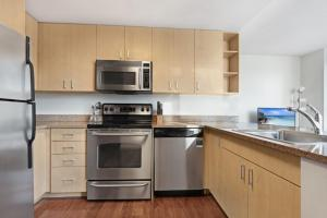 A kitchen or kitchenette at Global Luxury Suites at China Town