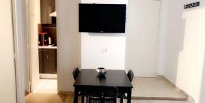 A television and/or entertainment centre at Appartement 13008
