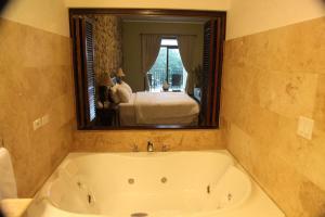 A bathroom at Los Mandarinos Boutique Hotel & Spa