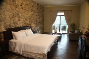 A bed or beds in a room at Los Mandarinos Boutique Hotel & Spa