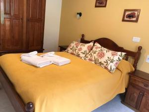 Una cama o camas en una habitación de Hosteria y Cabañas Koonek