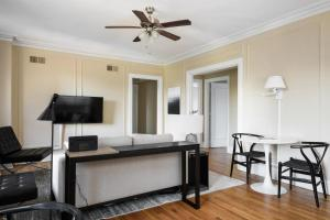 A seating area at Classic CWE 2BR with Full Kitchen by Zencity