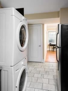 A kitchen or kitchenette at Classic CWE 2BR with Full Kitchen by Zencity