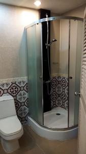 A bathroom at Tonkoon Hotel