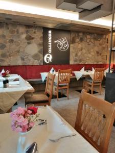 Ein Restaurant oder anderes Speiselokal in der Unterkunft Dollinger