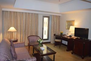 Uma área de estar em Madinah Mövenpick Hotel