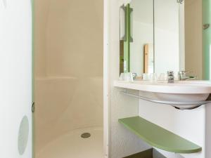 Salle de bains dans l'établissement ibis budget Besançon Centre Gare
