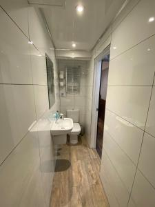 A bathroom at Crestfield Hotel