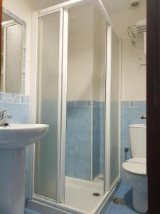 A bathroom at Hostal Puente Azud