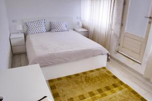 A bed or beds in a room at casa das pombas