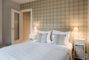 A bed or beds in a room at von Deska Townhouses - Ivy House