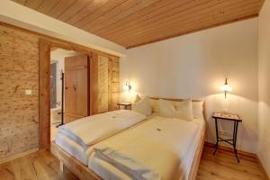 A bed or beds in a room at Zum Kirchenbauer