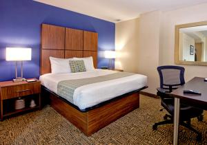 A bed or beds in a room at Kellogg Conference Hotel at Gallaudet University