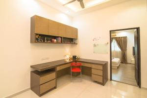 A television and/or entertainment center at Landed Cozy House Near SPICE, Airport