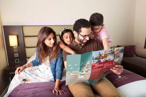 Famiglia che soggiorna presso Premier Inn Abu Dhabi International Airport