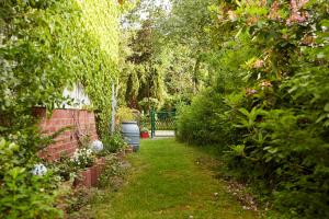 A garden outside Bed & Breakfast Wesseloh