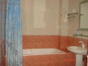 Um banheiro em Neftçilər Prospekti 131metro SAHIL