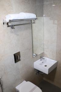 A bathroom at Hotel Ajmer Tower