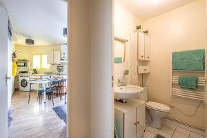 A bathroom at Residence peuple la lance