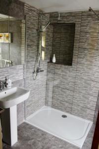A bathroom at The Sun B&B Rooms