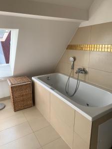 A bathroom at Lindenau Inn