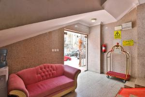 Uma área de estar em OYO 276 Al Tamayoz Al Raqi Furnished Units 4