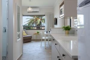 A kitchen or kitchenette at Holiday Village Kibbutz Mizra