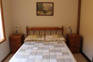 A bed or beds in a room at Coastal Retreat Unit 5