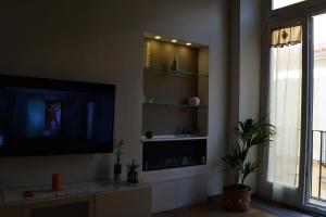 A television and/or entertainment centre at House the 13 Fountains