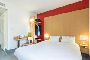 A bed or beds in a room at B&B Hôtel Cannes La Bocca Plage