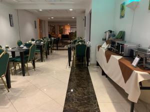 Un restaurante o sitio para comer en Hotel Costa Pacifico - Express