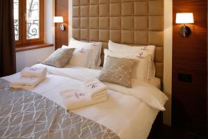 A bed or beds in a room at Hotel Passpartù Home Garni