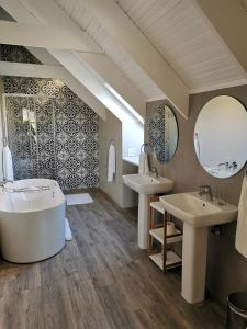 A bathroom at Zorgvliet Wines Country Lodge