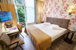 A bed or beds in a room at Hotel Van Walsum