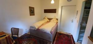 A bed or beds in a room at Das Hanse Quartier