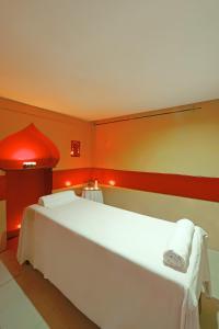 سرير أو أسرّة في غرفة في فندق شيش خان