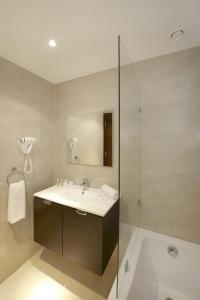 حمام في فندق شيش خان